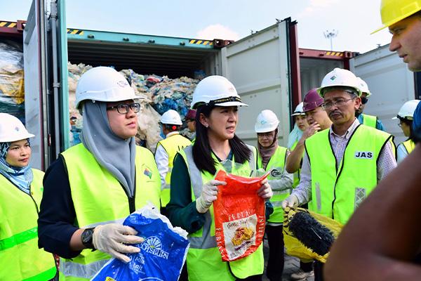 Malaysia sends back plastic waste